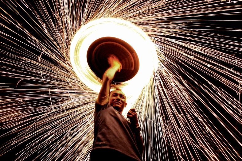 SUNGAI BULOH 10 September 2012. Khairul Bahari using a soft brush and scrubbing pots to produce a firework on Eid celebrations at Kampung Paya Jaras Permai. Photo Adib Rawi Yahya