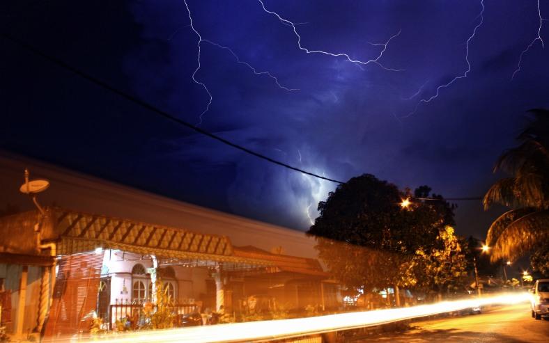 SUNGAI BULOH 20 January 2013. Lightning appeared in the sky due to bad weather lately at Paya Jaras Permai. Photo Adib Rawi Yahya