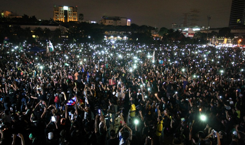 Demonstrators turn on their lights during the 505 Assembly People's Voice at Padang timur, Amcorp Mall. Over ten thousand opposition supporters joined the rally in protest against the decision of the General Election 13th alleged vote fraud occurred. Photo Adib Rawi Yahya