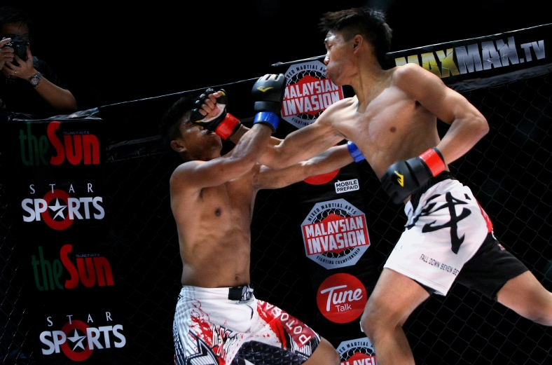 "KUALA LUMPUR 15 June 2013. Muhd Ikram aka ""The Maxout"" VS Keanu Subba during Featherweight Championship Bout Malaysian Invasion Mixed Martial Arts Fighting (MIMMA) Championship Grand Finals at Stadium Merdeka. Photo Adib Rawi Yahya"