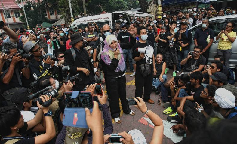 KUALA LUMPUR 23 June 2013. Lembah Pantai MP Nurul Izzah Anwar delivers his speech to the supporters during the Black 505 rally to protest against the decision of the General Election 13th alleged vote fraud occurred at Padang Merbok. Photo Adib Rawi Yahya