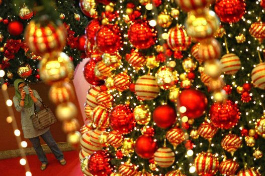 A woman takes pictures of Christmas decorations at a shopping mall inside Kuala Lumpur on 18 December, 2013. Christmas is the biggest festival of Christians, is celebrated every year on December 25 to commemorate the birth (in which the facts, the date is not the date of his birth) Jesus Christ, also known as Jesus of Nazareth, the founder of the Christian message. According to the Bible, New Testament, Jesus was born to Mary (Virgin Mary) in Jerusalem. Christians believe that Jesus' birth was within Judaism predictions about the coming of a savior (Messiah) from a chronology of King David, whose coming was to redeem mankind from Adam's sin (original sin). Photo Adib Rawi Yahya