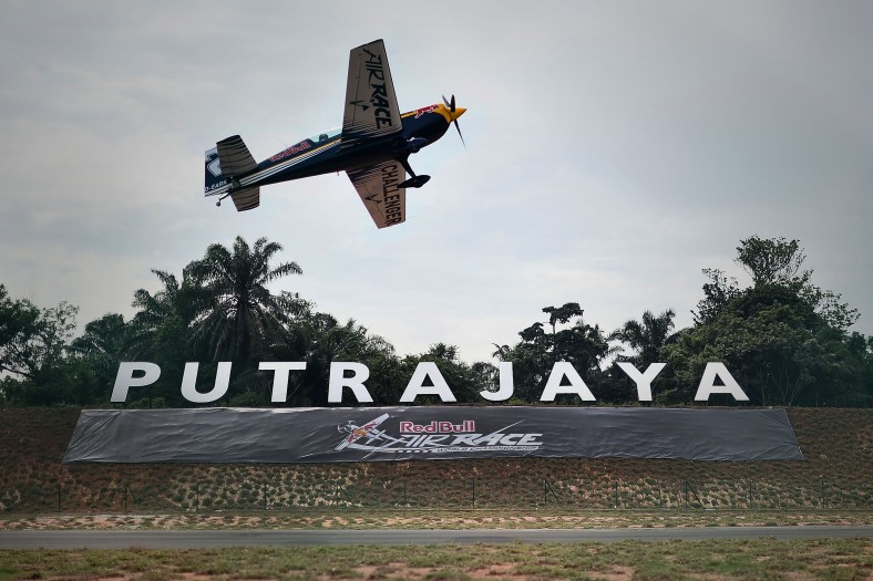 A pilot from challenger class perform during the qualifying session world championship standings challenger class at the Red Bull Air Race World Championship 2014 in Putrajaya on May 17, 2014. The tournament was held over two days from May 17 to May 18, 2014. Photo Adib Rawi Yahya