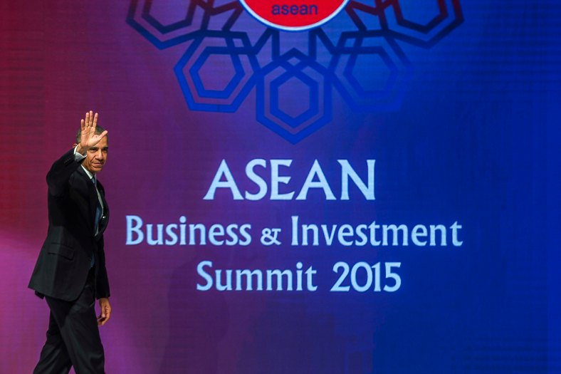 US President Barack Obama waves as he walk after his speech during the Asean Business and Investment Summit in Kuala Lumpur on November 21, 2015. Barrack Obama attend the 27th Association of South East Asian Nations (ASEAN) Summit that has takes place in Malaysia from November 18-22 2015. photo Adib Rawi Yahya